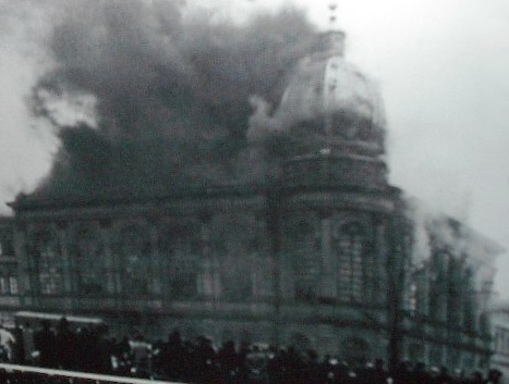 Kristallnacht_Burning_synagogue